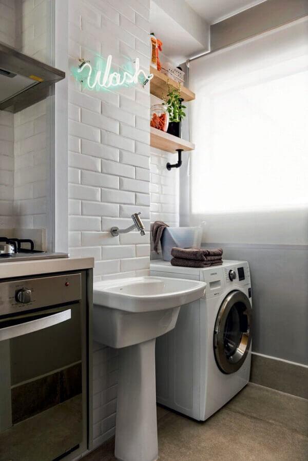 Troque os armários por prateleiras e use revestimento para lavanderia branco
