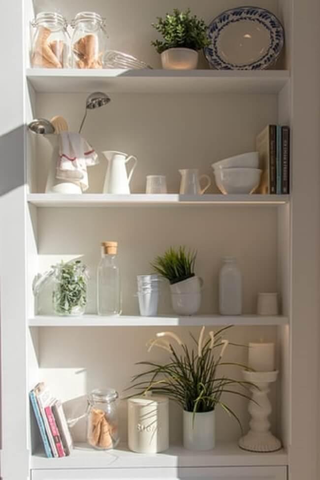 Utilize prateleiras e nichos para verticalizar a decoração da sua casa e apartamento adquirido no leilão de imóveis