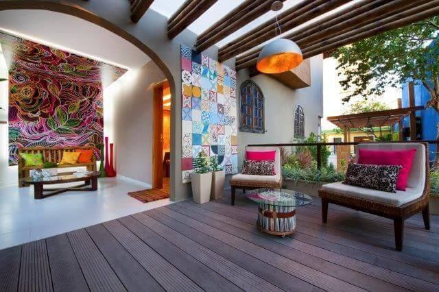 Varanda com decoração colorida no pergolado