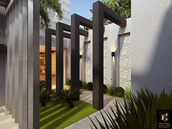 Vegetação natural verde e luminária de parede para corredor externo