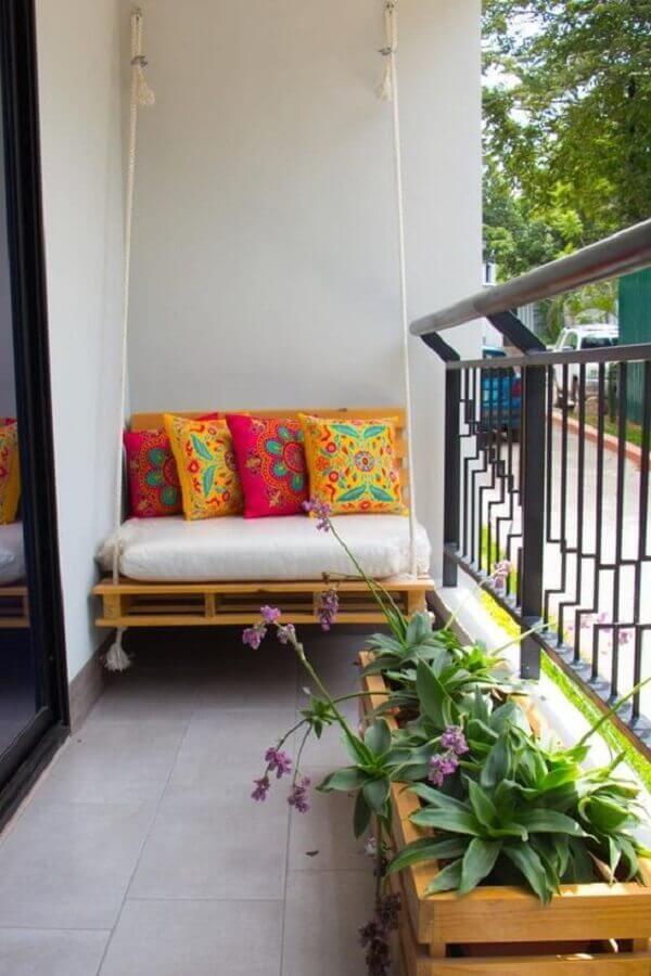 almofadas coloridas balanço suspenso de varanda pequena simples Foto MdeMulher