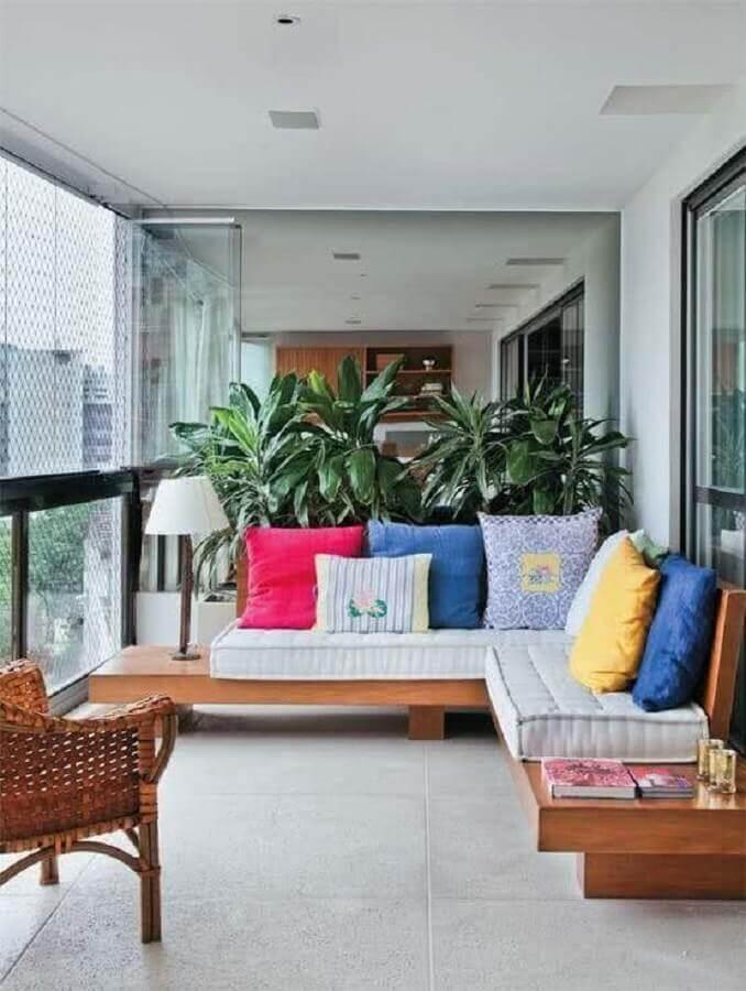 almofadas coloridas para decoração de varanda de apartamento com sofá de canto Foto Archzine