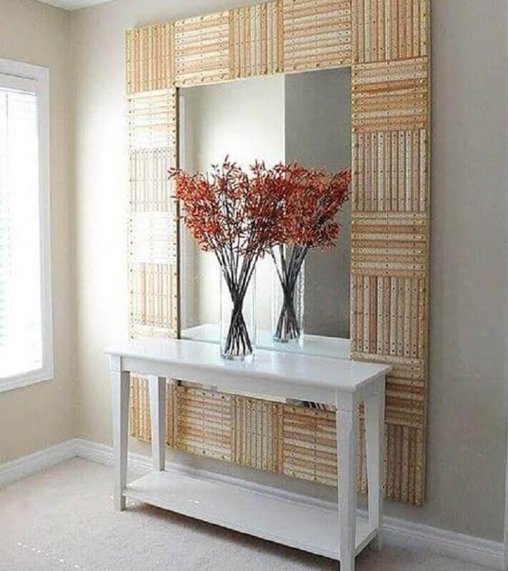aparador branco pequeno para corredor decorado com espelho grande de parede Foto Pinteres