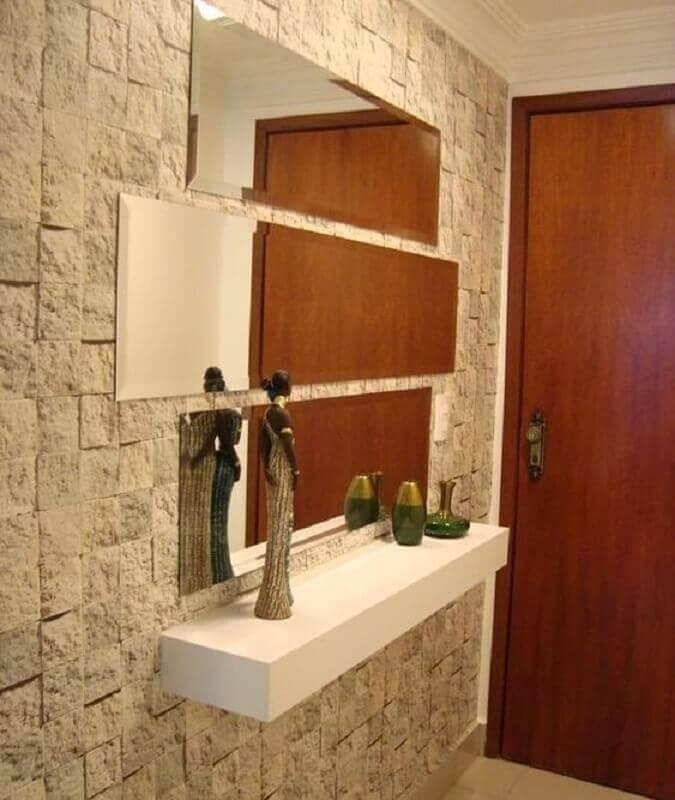 aparador branco pequeno para hall de entrada decorado com revestimento de pedra  Foto Pinterest