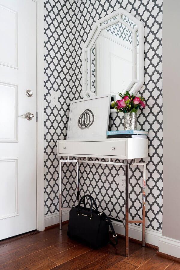 aparador para hall de entrada pequeno decorado com papel de parede e espelho branco Foto A Trendy Life