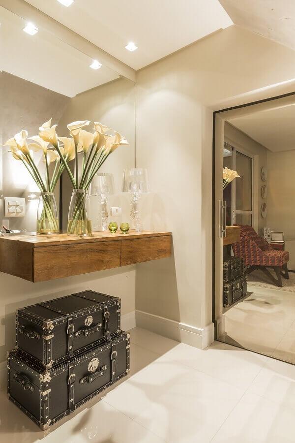 aparador para hall de entrada pequeno decorado com parede espelhada  Foto Archilovers