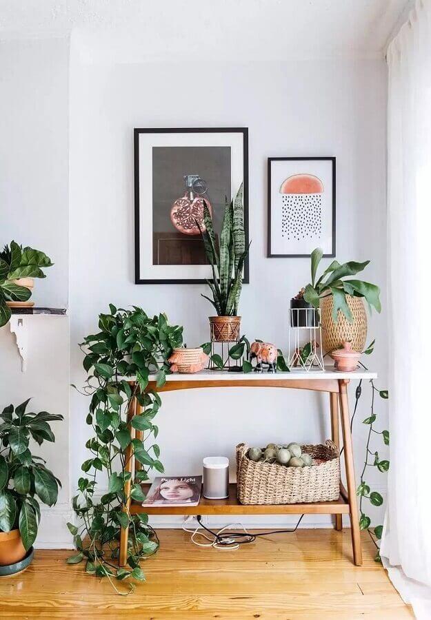 aparador pequeno de madeira decorado com vasos de plantas Foto Pinterest