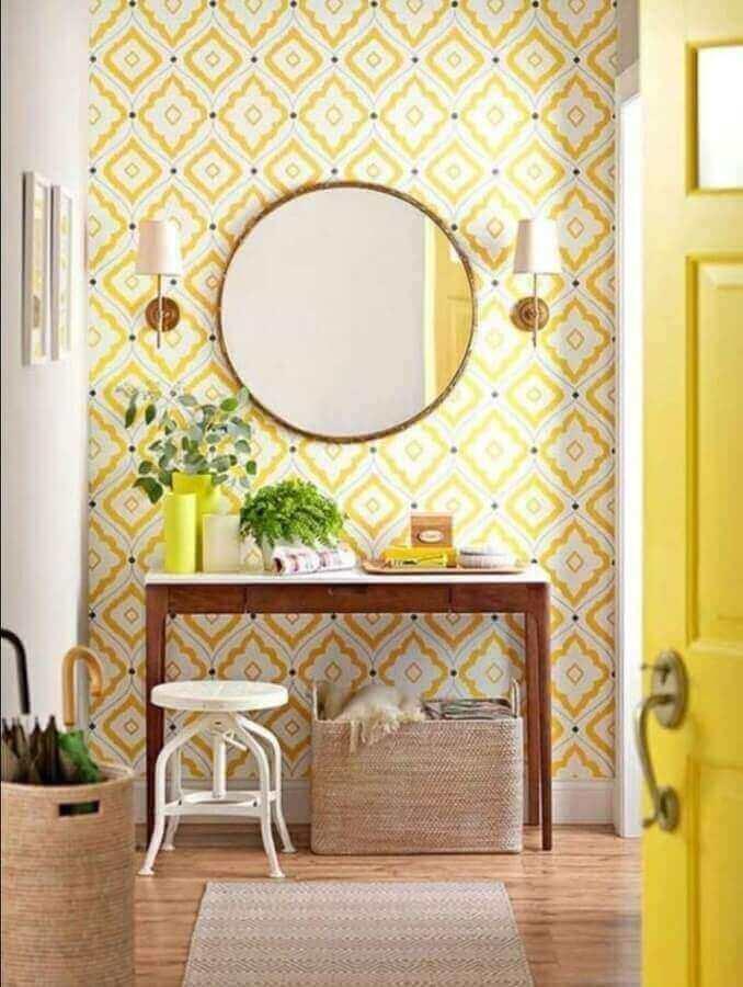 aparador pequeno de madeira para decoração de sala com papel de parede amarelo Foto Pinterest