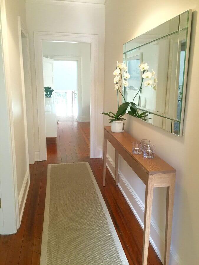 aparador pequeno para corredor decorado com passadeira bege e espelho de parede  Foto Pinterest