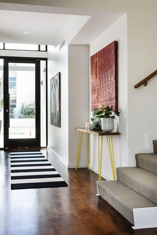 aparador pequeno para corredor decorado com passadeira listrada Foto Archidea