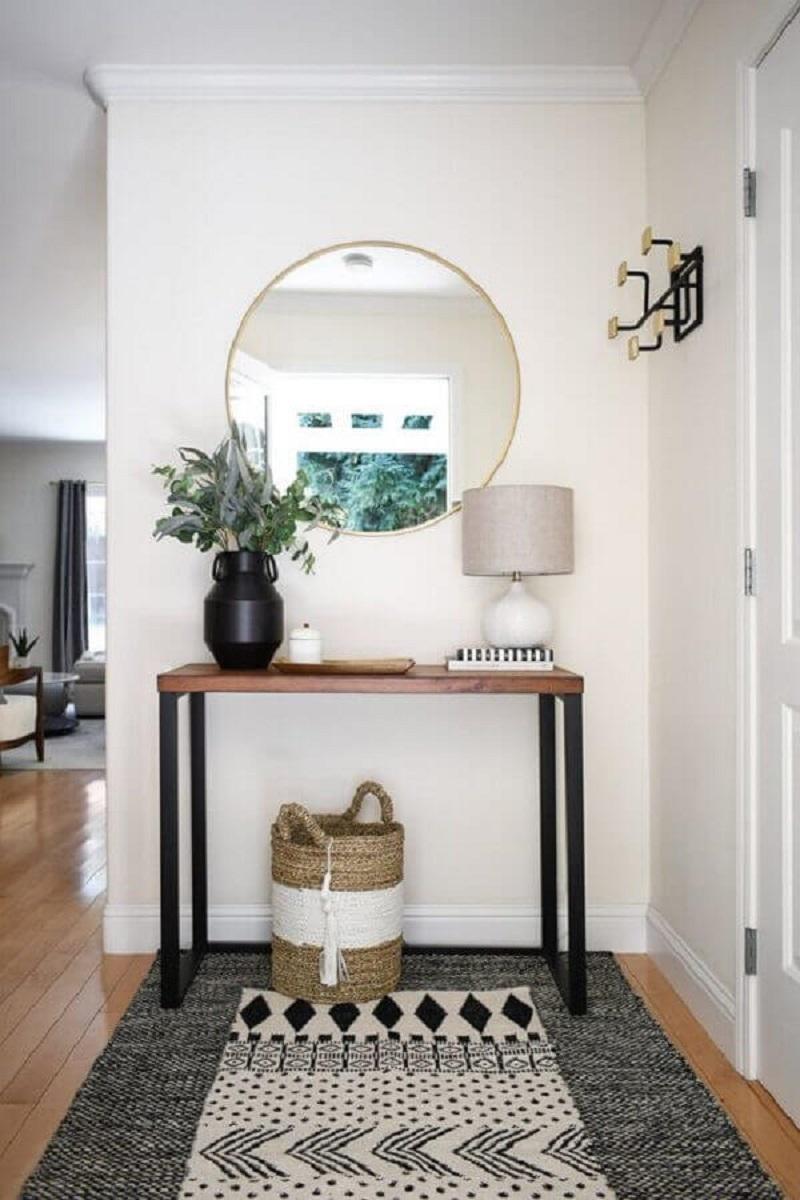 aparador pequeno para corredor decorado com tapete e espelho redondo Foto  Angela Grace Design