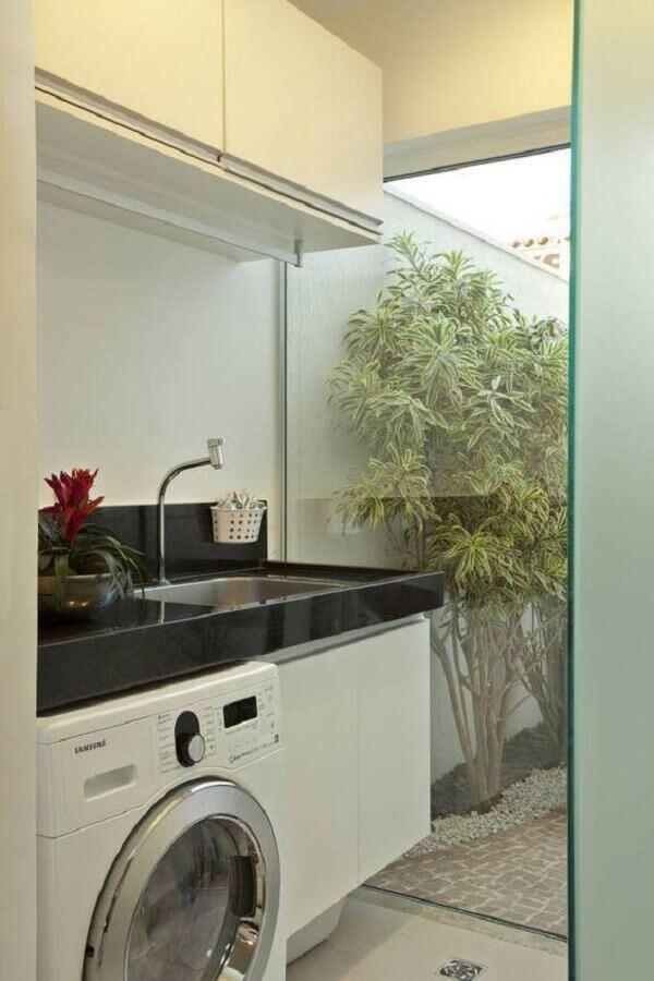 armário para lavanderia pequena decorada com divisória de vidro Foto Lolafá