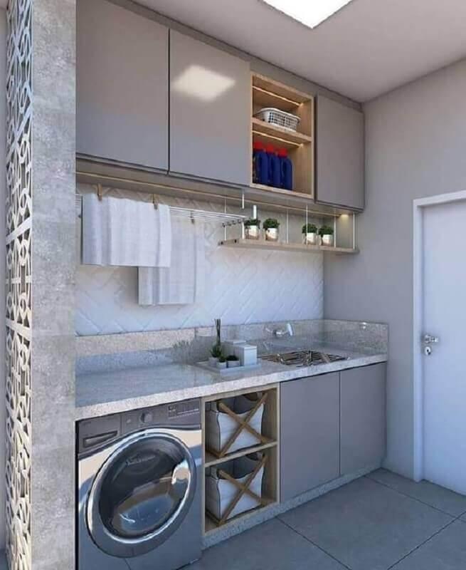 Armário para lavanderia planejado na cor cinza com nicho de madeira  Foto Arkpad
