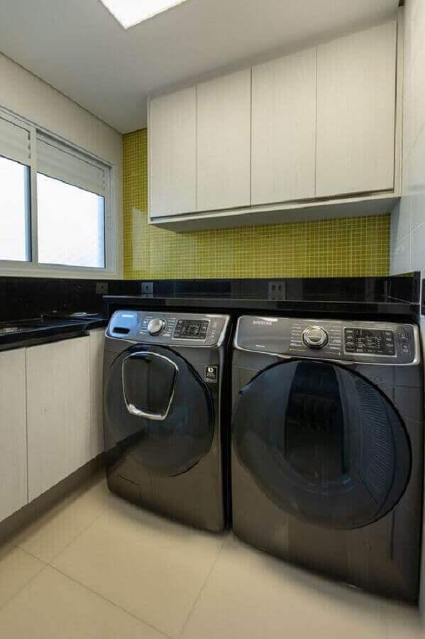 armário suspenso para lavanderia simples decorada com revestimento verde  Foto LAM Arquitetura & Interiores