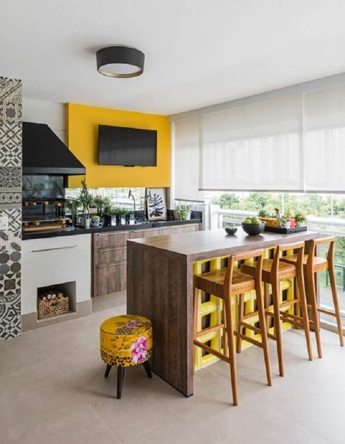 bancada e banquetas de madeira para área gourmet planejada com churrasqueira de vidro  Foto Home Fashion Trend
