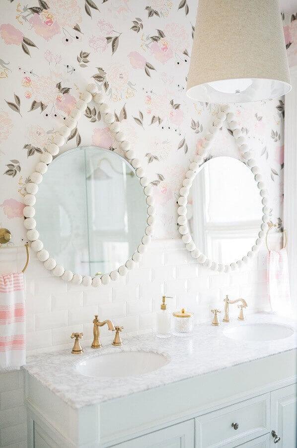 banheiro branco decorado com papel de parede floral romântico Foto Apartment Therapy