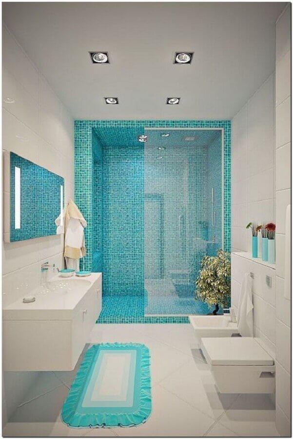 banheiro branco decorado com pastilha na cor azul turquesa na área do box   Foto Pinterest