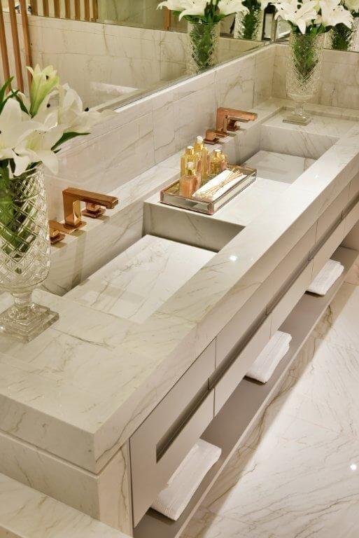 Banheiro com cubas duplas
