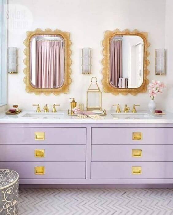 Banheiro com gabinete lavanda
