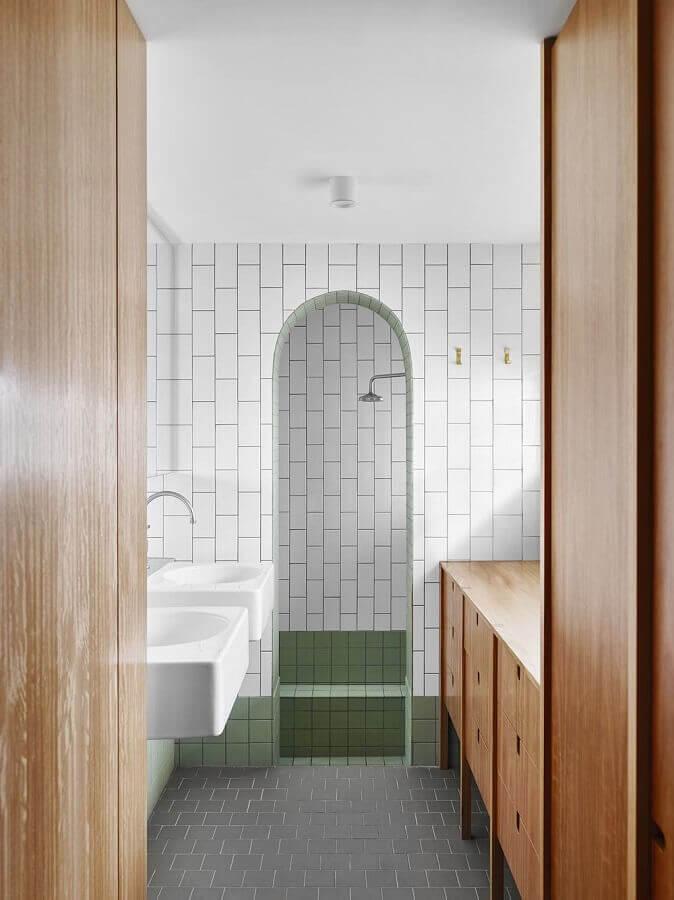 banheiro com metro white decorado com armário de madeira e piso cinza Foto Home Fashion Trend