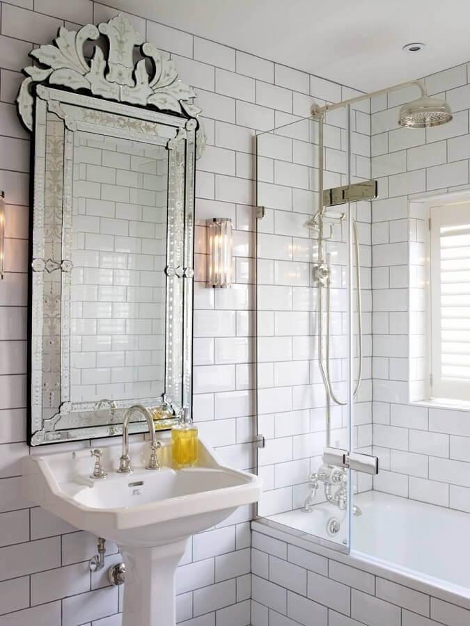banheiro com metro white decorado com espelho vintage Foto Houzz
