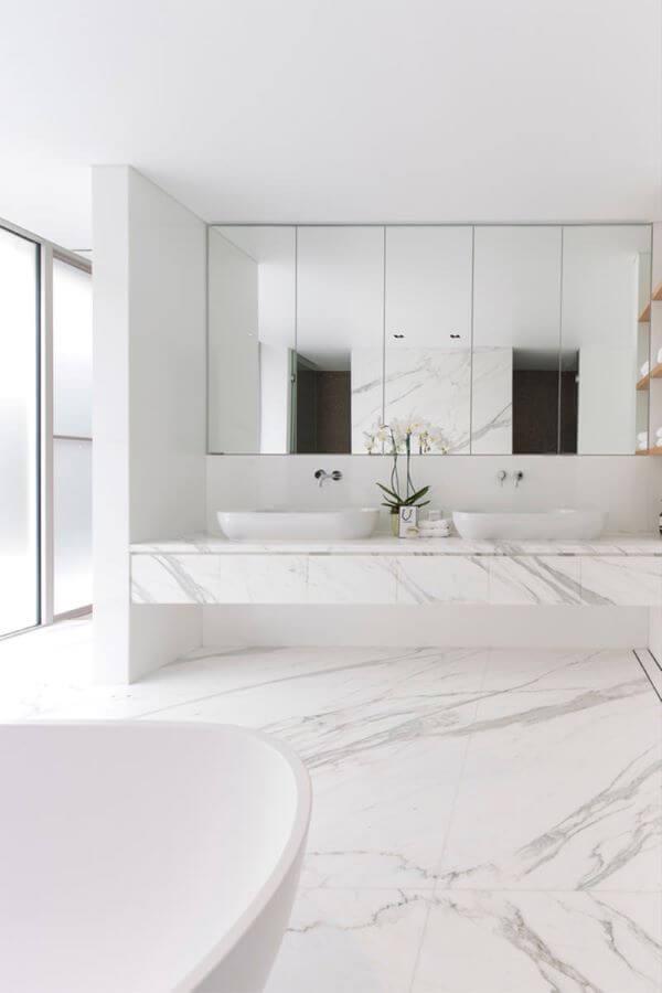 Banheiro com piso porcelanato branco marmorizado