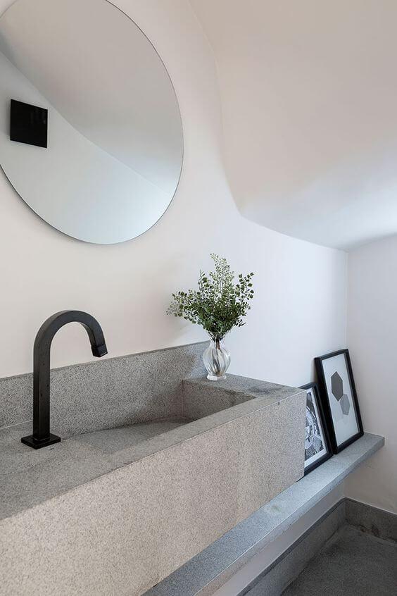 Banheiro com cuba cinza e decoração minimalista