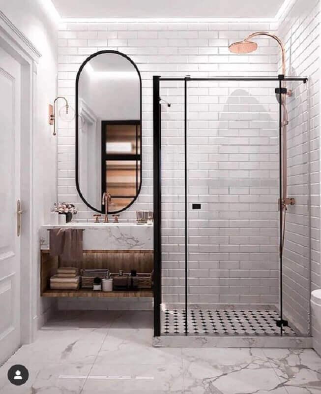 banheiro moderno decorado com espelho oval e revestimento metro white Foto Freshome