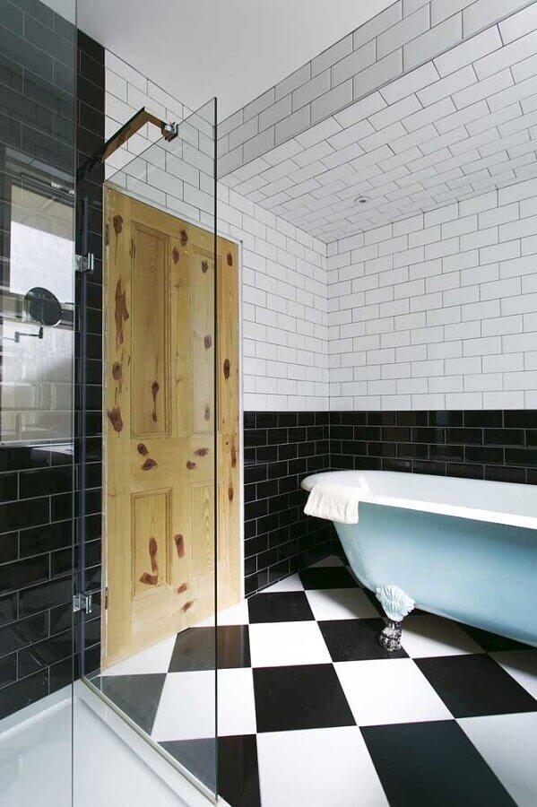 banheiro preto e branco decorado com revestimento metro white Foto Houzz