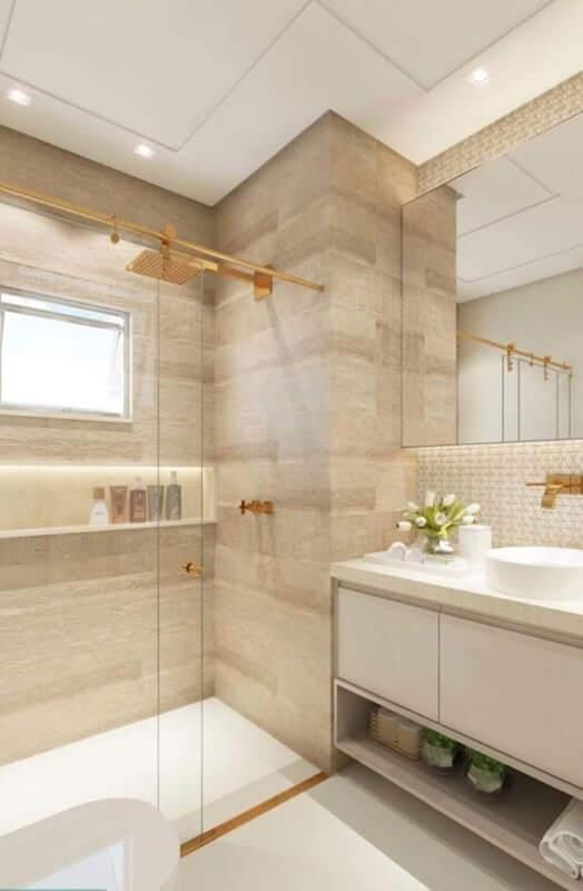 Banheiro com revestimento amadeirado claro