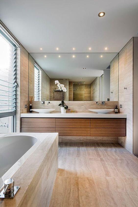 Banheiro revestimento amadeirado com banheira