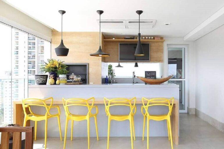 banqueta para área gourmet planejada moderna decorada com revestimento de madeira Foto Karen Pisacane