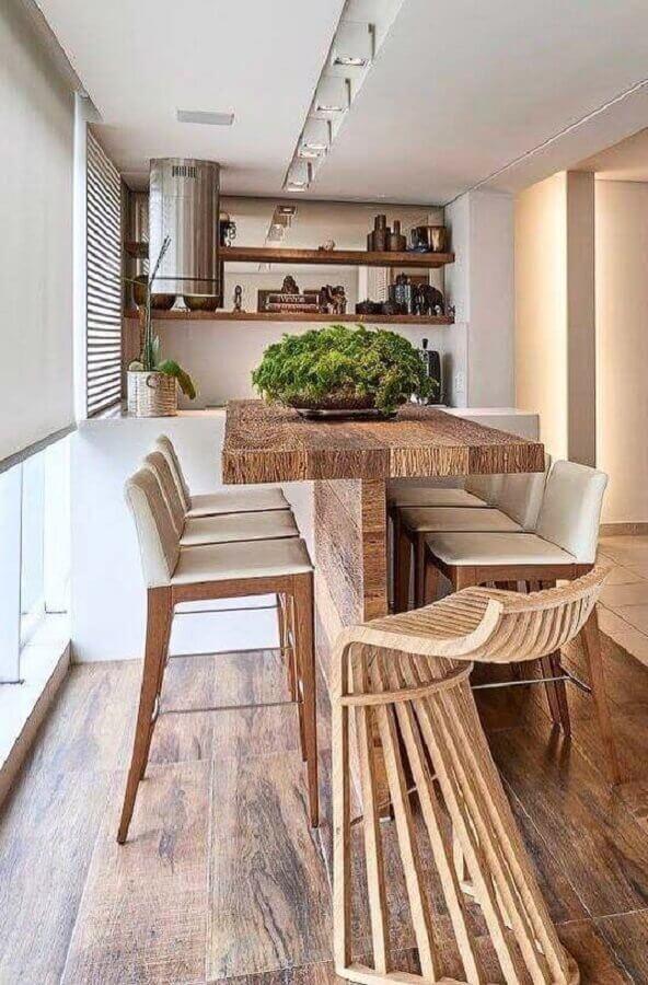 banquetas altas para área gourmet decorada com mesa rústica de madeira Foto Arkpad