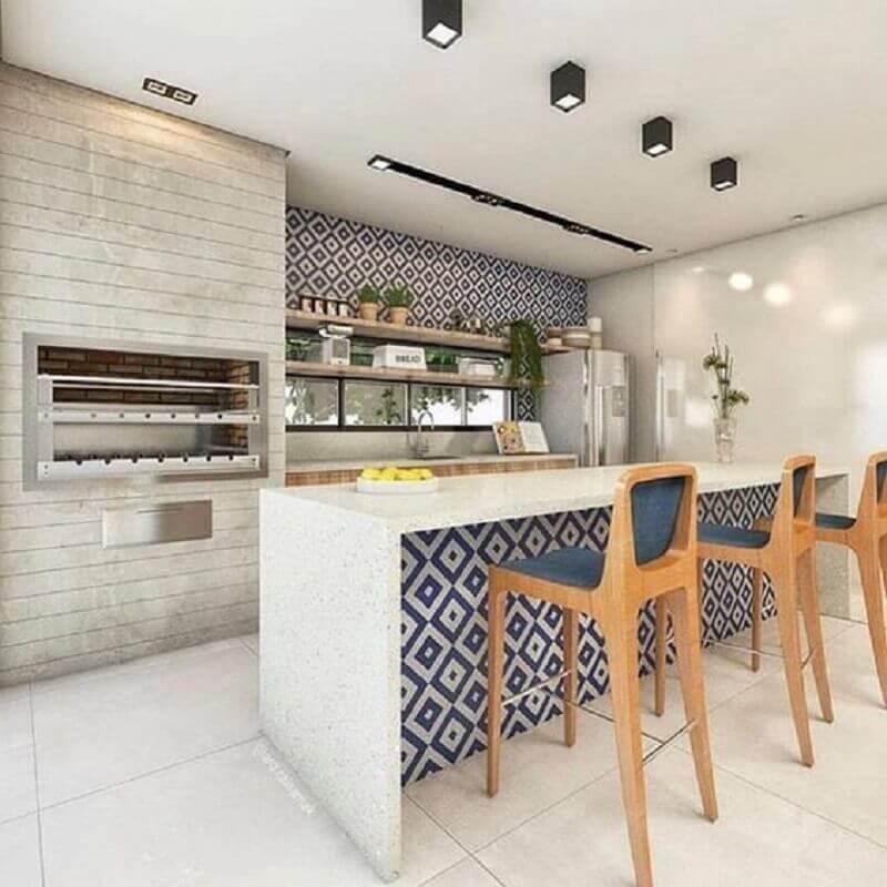 banquetas altas para área gourmet decorada com revestimento azul Foto Pinterest
