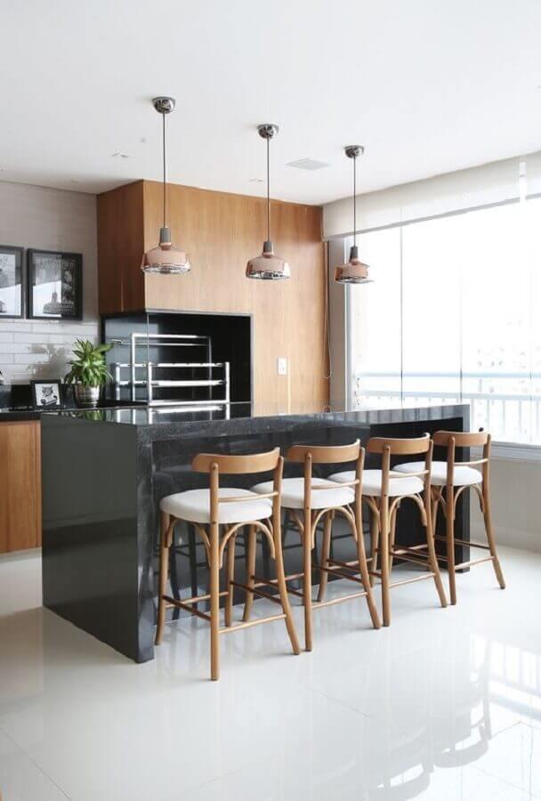 banquetas de madeira para área gourmet decorada com bancada preta Foto Mariana Orsi
