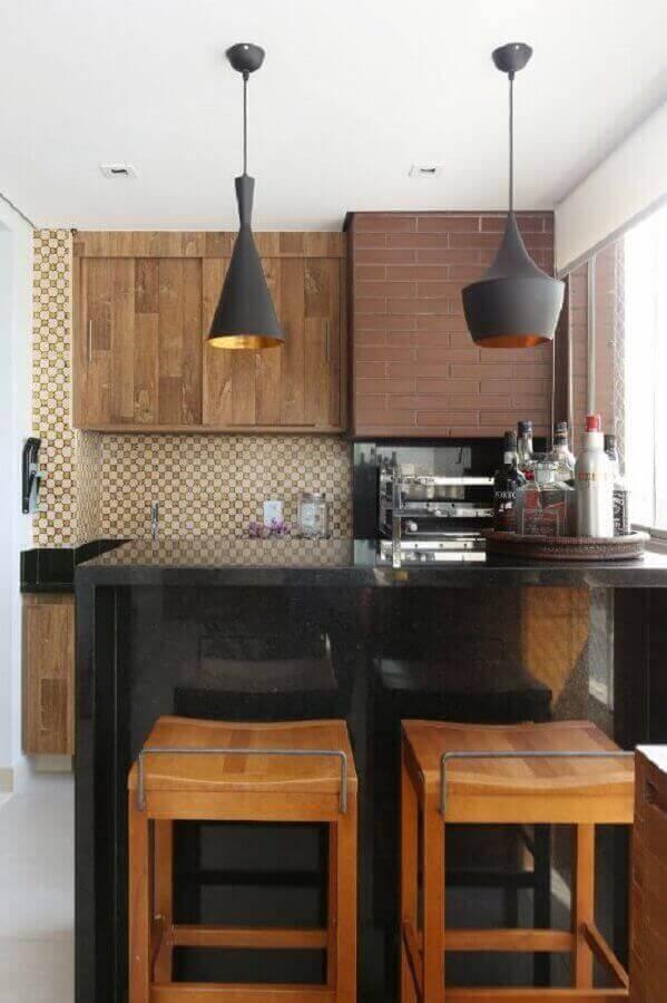 banquetas de madeira para área gourmet pequena decorada com bancada preta Foto Bianchi & Lima Arquitetura