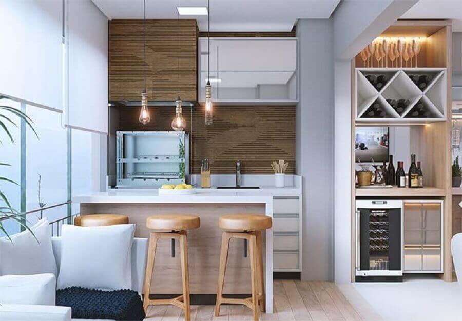 banquetas de madeira para área gourmet pequena planejada em varanda de apartamento Foto Construção & Design