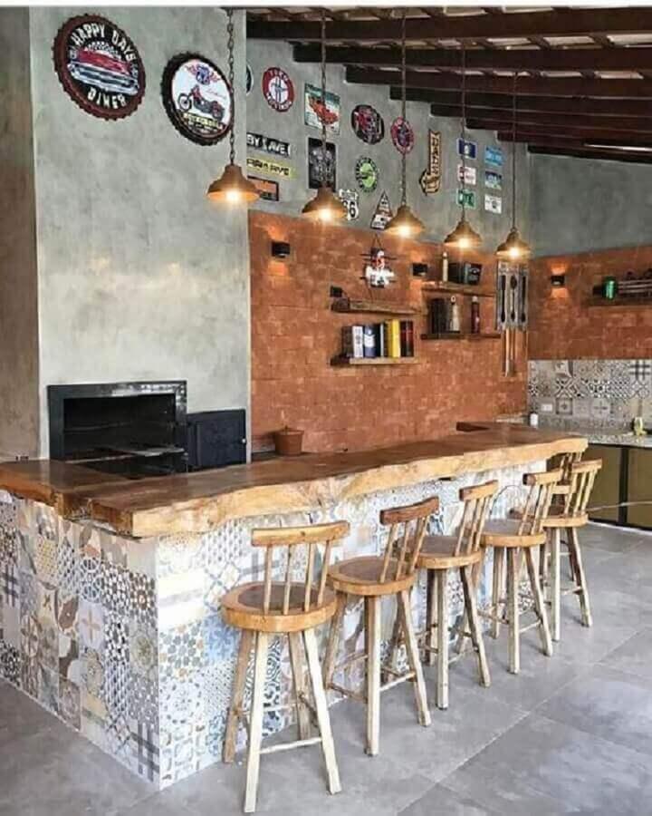 banquetas de madeira para área gourmet rústica com churrasqueira Foto Pinterest