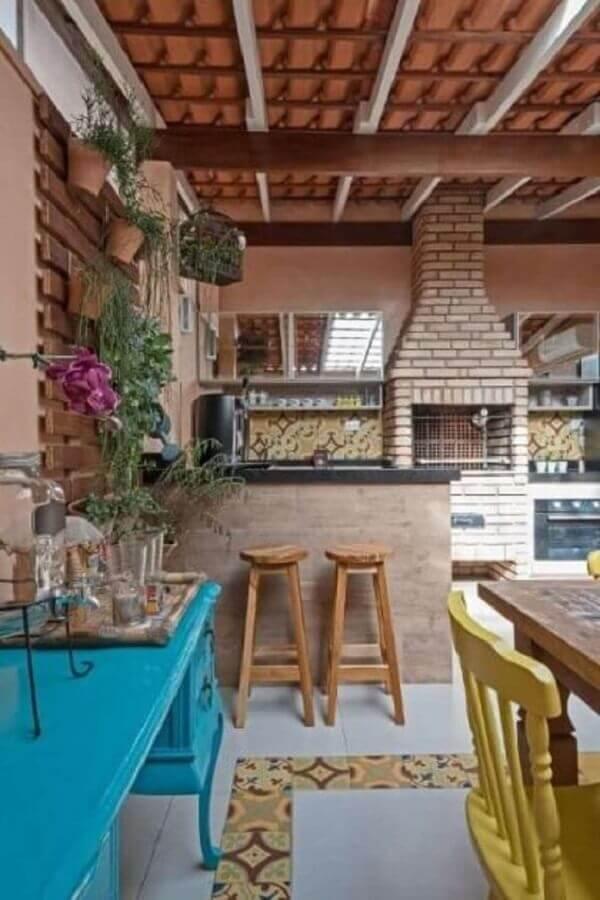 banquetas de madeira para área gourmet rústica decorada com churrasqueira com tijolinho à vista Foto Simples Decoração