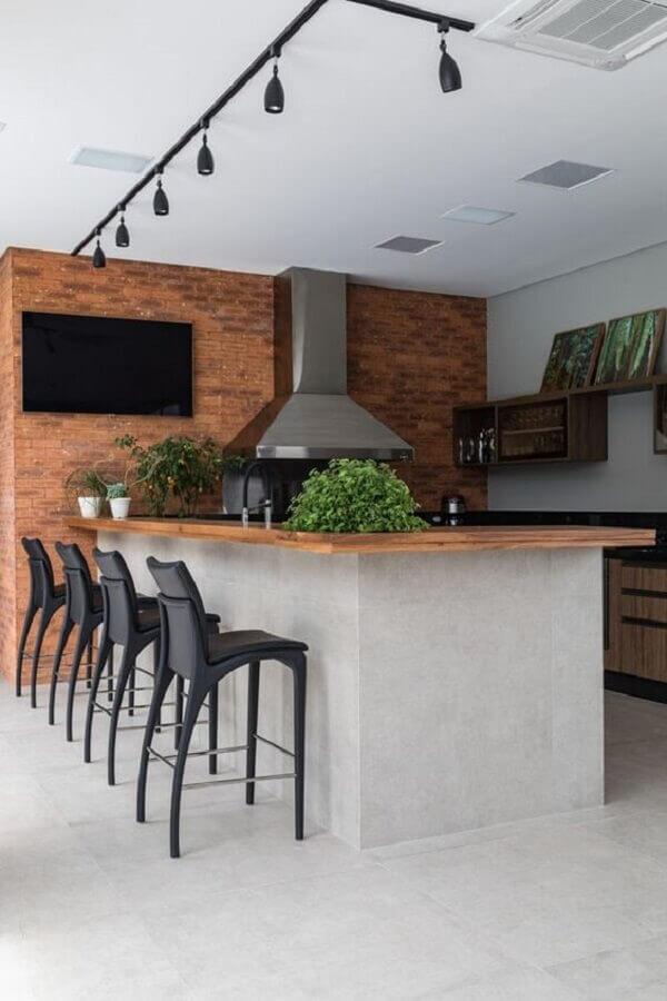 banquetas modernas para área gourmet decorada com parede tijolinho e bancada de madeira Foto Pinterest