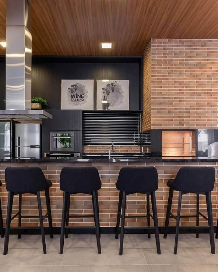 banquetas modernas para área gourmet decorada com tijolinho à vista Foto Arkpad
