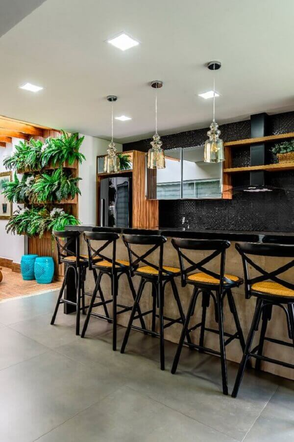 banquetas para balcão área gourmet decorada na cor preta e madeira Foto Decortiles