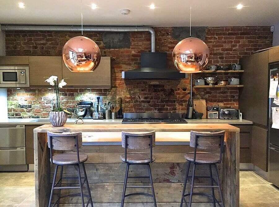 banquetas para balcão área gourmet rústica decorada com luminária rose gold Foto Pinterest