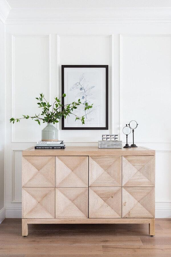 buffet pequeno de madeira clara para sala de jantar decorada com boiserie Foto Apartment Therapy