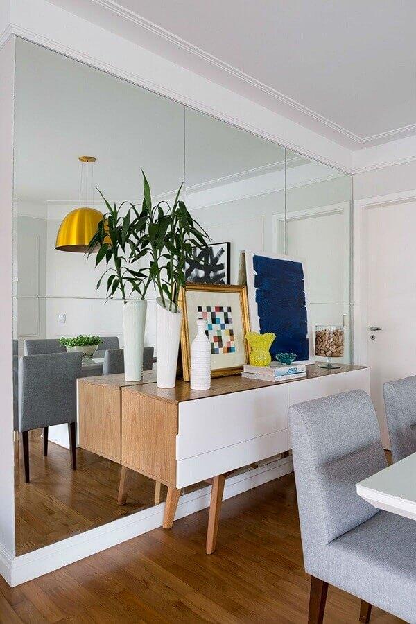 buffet pequeno para sala de jantar branca decorada com parede espelhada Foto Jeito de Casa