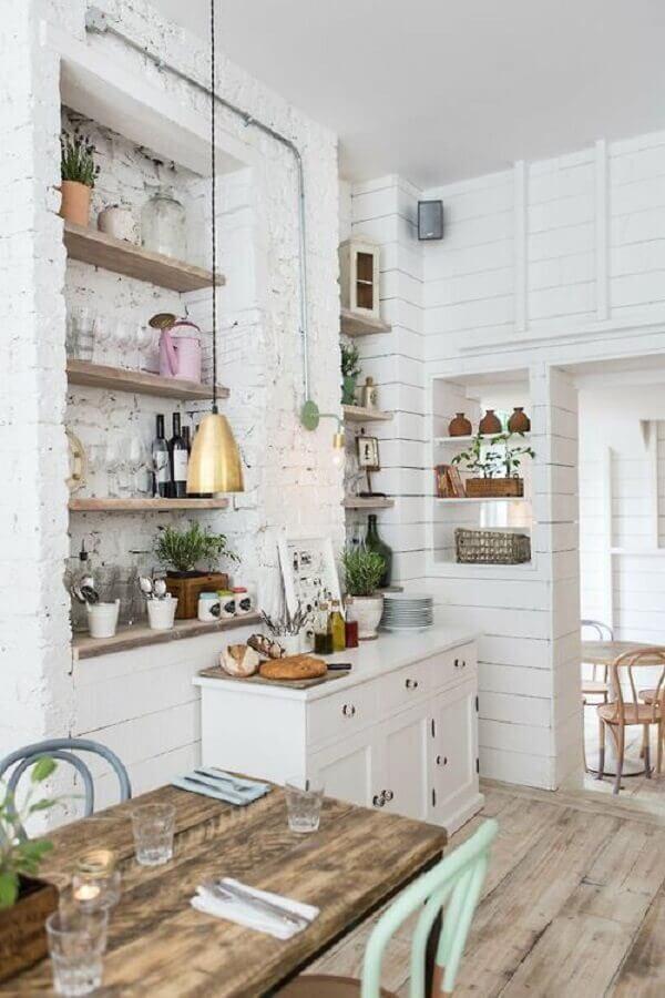 buffet pequeno para sala de jantar branca decorada com parede rústica  Foto Apartment Therapy