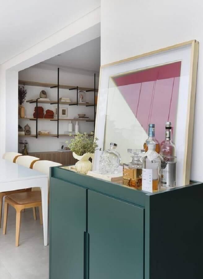 buffet pequeno para sala de jantar decorado com quadro e barzinho Foto Histórias de Casa