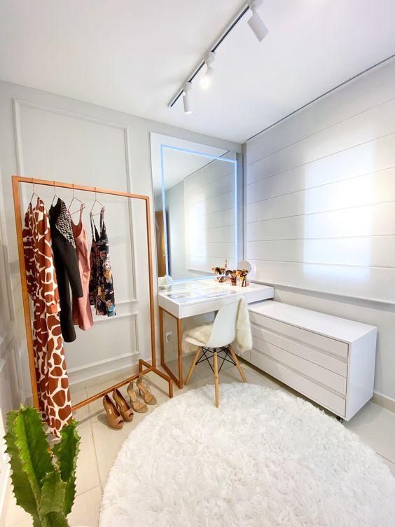 Closet com penteadeira branca e cadeira combinando