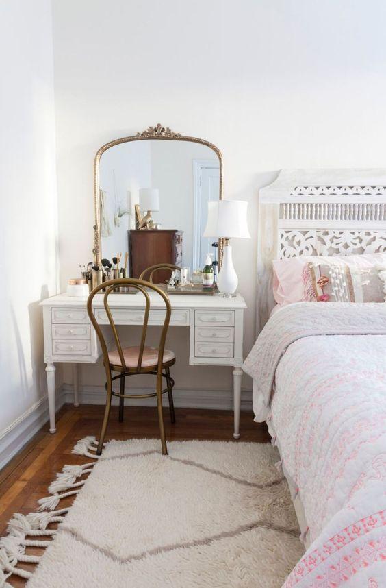 Cadeira para penteadeira clássica ao lado da cama