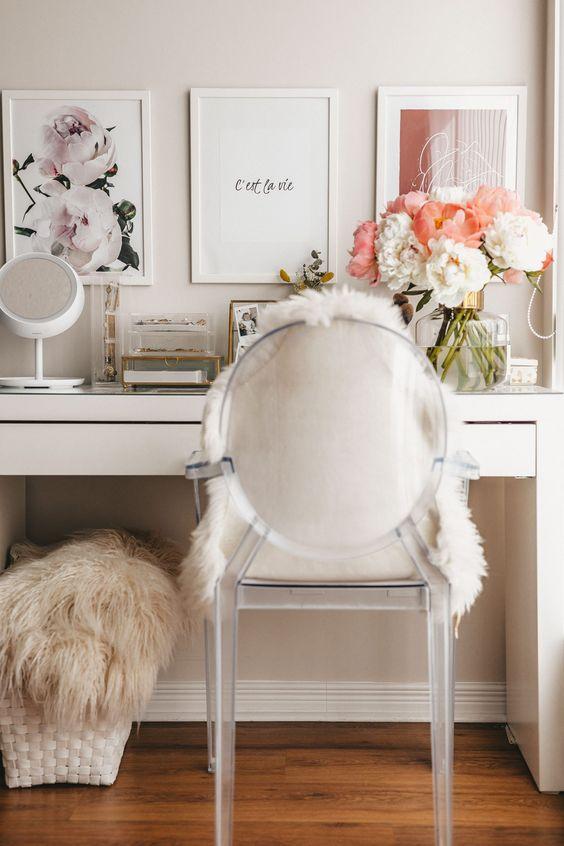 Cadeira transparente para penteadeira com almofada de pelos